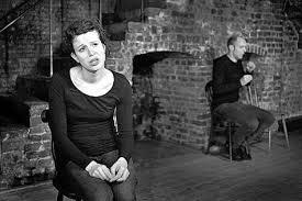 """Amélie Lemonnier y Pierre Weyburn en una escena de """"Les pavés du Parvis"""""""