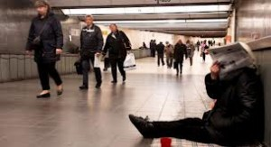 Indigente sentado en uno de los pasillos de la Gare Central de Bruselas. rtbf