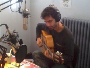 Raúl Corredor tocando la guitarra en el estudio de Radio Alma
