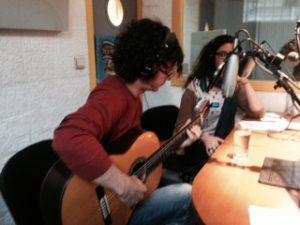 Humberto González en el estudio de Radio Alma