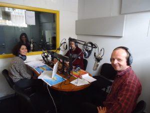 Julian visitando por sorpresa el estudio de Radio Alma